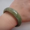 6B28AJ กำไลหยกพม่าแท้ 6 cm.เขียวขี้ม้าอ่อนเนื้อเทียนกึ่งลำใยวงหนา สีและลายเกิดจากธรรมชาติ
