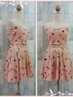 dress2248 เดรสแฟชั่นเกาะอกเสริมฟองน้ำบาง ซิปหลัง เว้าเอว ผ้าฮานาโกะลายตัวโน้ต สีชมพูพาสเทล