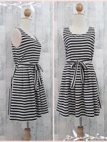 dress2908 ชุดเดรสราคาส่ง เดรสแขนกุดจับจีบเอว เอวยืดด้านหลังมีสายผูกเอว ผ้าชีฟองลายขวางโทนสีขาวดำ