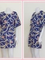 dress2286  ขายส่งเสื้อผ้าแฟชั่น เดรสแฟชั่นเข้ารูปแขนบอลลูน ซิปหลัง กระเป๋าข้าง ผ้าชีฟองลายโซ่ชมพู พื้นสีน้ำเงิน