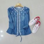 P79909 เสื้อแฟชั่น แขนสามส่วนผ้ายีนส์เนื้อนิ่มสีน้ำเงิน ปักดอกไม้