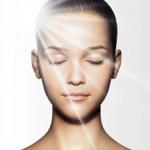 รังสีอัลตราไวโอเลตที่กระทบร่างกายหรือตาก็ทำให้ฝ้าบนใบหน้าเข้มขึ้นได้