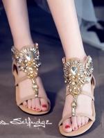 รองเท้าส้นเตี้ยสีน้ำตาล งานคริสตัสอลังกาล สะดุดทุกสายตา สายคาดหน้าแต่งผ้าลายถักเปียประดับเพชร ขอย้ำว่าสวยมาก สายรัดข้อยางยืด พื้นนิ่ม หนา 1 นิ้ว