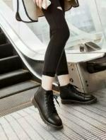 รองเท้าบูทสีดำ เท่ เก๋ เฉี่ยว หนีความจำเจ เห็นอย่างนี้ไม่หนักจ้า วัสดุทำจากหนังพียู ซับในนิ่ม พื้นยางยึดเกาะดีจ้า ((เท้าอวบอูม นิ้วยาว +1))