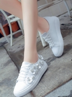 รองเท้าผ้าใบสีขาว หนังพียูนิ่มมากปักด้วยดอกไม้ประดับคริสตัลสุดหรู ตัวนี้ออกแนว หวานปนเท่ห์ น่ารักและไมซ้ำใคร พื้นนิ่ม สูง 1 นิ้ว สวมใส่ง่าย เดินสบาย พื้นล่างวัสดุยางพาราเกรดเอ ทน เบา นุ่ม