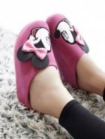 รองเท้าแตะสีชมพู เพื่อสุขภาพคร้าาสไตล์แบรนด์ Mickey Mouse รุ่นหัวปิด วัสดุทำจากผ้ากำมะหยี่นุ่มมากๆคร้า ด้านน้าติดโบแบบนูนน่ารักที่สุดเลยย งานพื้นปั๊มโลโก้แบรนด์