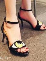 รองเท้าส้นสุงสีดำ ส้นเข็มแม็กซี่ งานแฟชั่นสุดแซ่บ ผ้าสักราจ มีสายรัดข้อ ปรับระดับได้ แบบสวย เก๋ไม่ซ้ำใคร ส้นเข็มสูง 3.5 นิ้ว