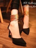 รองเท้าส้นสูงสีดำ เป็นเดย์ทูไนท์ไอเท็มที่สาวๆทุกคนควรมี ผลิตจากหนังกลับคุณภาพดี ทรงหัวแหลม เพิ่มดีเทลหนังเมทัลลิคสีทองงานเส้นๆสวมรัดข้อแต่งซิปหลังมีพู่ห้อย สูง3.5 นิ้ว