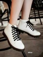 รองเท้าบูทสีขาว เท่ เก๋ เฉี่ยว หนีความจำเจ เห็นอย่างนี้ไม่หนักจ้า วัสดุทำจากหนังพียู ซับในนิ่ม พื้นยางยึดเกาะดีจ้า ((เท้าอวบอูม นิ้วยาว +1))
