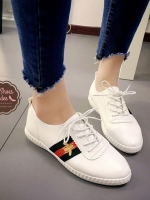 รองเท้าผ้าใบสีขาว ตัวนี้ออกแนว หวานปนเท่ห์ น่ารักและไมซ้ำใคร งานปักลายผึ้ง วัสดุหนังพียูนิ่ม ย้ำ นิ่มมากๆๆ พื้นนิ่ม สวมใส่ง่าย เดินสบาย พื้นล่างวัสดุยางพาราเกรดเอ ทน เบา นุ่ม