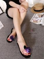 รองเท้าแตะสีดำ งานเป๊ะมากเหมือนในชอป งานดีมาก รุ่นนี้แม่ค้าแนะนำ ประดับด้วยดอกกุหลาบน่ารักมาก ทำจากซิลิโคนนิ่มมาก ใส่สบาย