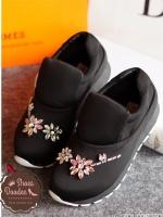 รองเท้าผ้าใบสีดำ ทรงสวม ผ้านิ่มมากๆ ประดับเพชรรูปดอกไม้ เป็นงานเย็บมือทีละเม็ดอย่างประณีต พื้นเสริมส้น1นิ้ว