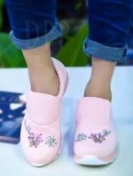 รองเท้าผ้าใบสีชมพู ทรงสวม ผ้านิ่มมากๆ ประดับเพชรรูปดอกไม้ เป็นงานเย็บมือทีละเม็ดอย่างประณีต พื้นเสริมส้น1นิ้ว