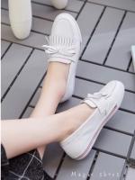 รองเท้าคัชชูสีขาว ทรงสวมลำลองงาน น่ารักๆใสๆ จาก Marc Jacob สไตล์แนววินเทจ ติดโบว์เกร๋ๆ ความทันสมัยอย่าง ลงตัว วัสดุหนัง pu คล้ายหนังแท้ เนื้อแมทเช็ดทำความสะอาดง่าย สวมใส่สบายมากๆหนังนิ่มขึ้นทรงสวย