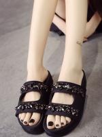 รองเท้าแตะสีดำ แบบสวมคาดหน้า ตกแต่งด้วยคริสตัลสีดำเข้ากันกับผ้าซาตินสุดหรูที่เป็นวัสดุหลัก สูง 1 นิ้ว พื้นด้านในรองเท้าออกแบบให้เข้ากับสรีระของเท้า ทำให้เดินสบาย นน.เบา