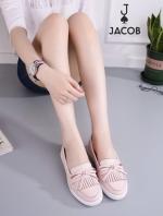 รองเท้าคัชชูสีชมพู ทรงสวมลำลองงาน น่ารักๆใสๆ จาก Marc Jacob สไตล์แนววินเทจ ติดโบว์เกร๋ๆ ความทันสมัยอย่าง ลงตัว วัสดุหนัง pu คล้ายหนังแท้ เนื้อแมทเช็ดทำความสะอาดง่าย สวมใส่สบายมากๆหนังนิ่มขึ้นทรงสวย