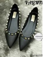รองเท้าคัทชูสีดำ ทรงหัวแหลมส้นแบน ขอบรองเท้าตอกหมุดตามสไตล์ แบรนด์valentino