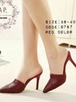 รองเท้าส้นสูงสีแดง ทรงสวมเปิดส้นด้านหลัง งานมาใหม่ หนังพียูลายตาราง ทรงหัวแหลมทำให้ดูเท้าเรียวสวย. มาพร้อมส้นเข็มสวย เสริมบุคลิคให่สาวๆดูสวย ดูดี ใส่ง่าย สบาย ไม่กัดเท้า สูง3นิ้ว
