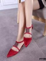 รองเท้าคัทชูสีแดง หัวแหลม ผ้าซาตินอย่างดี งานเกรดเอ สินค้าคัดคุณภาพ ความสูง1CM มาพร้อมส้นทองสวยมากๆ