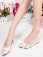 รองเท้าคัทชูส้นเตารีด หัวแหลม หนังPUนิ่ม (สีครีม )