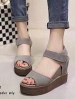 รองเท้าส้นเตารีดสีเทา วัสดุทำจากผ้าสักราจ ส้นพียู นน.เบามาก เดินง่ายเสริมหน้า1.5 หลัง3.7นิ้ว สายแถบเมจิก ใส่สบายเว่อร์