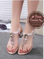 รองเท้าแตะสีขาว แบบรัดส้นสูง1.5นิ้ว งานประดับเพชรอลังการเวอร์ สายเป็นตะขอปรับระดับได้ อลังการสุดๆจ้า