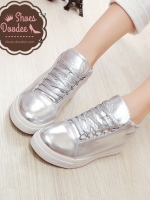 รองเท้าผ้าใบสีเงิน ทรงลำลอง วัสดุหนังPU สวมใส่กระชับเท้า น้ำหนักเบา สูงหน้า 2.5 ซม. , ส้นสูง 2.7 ซม. (หน้าเท้ากว้าง+1)