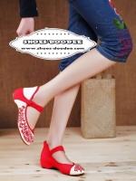 รองเท้าคัทชูสีน้ำเเดง ปักงานนำเข้า วัสดุทำจากผ้าเเคนวาส สีเบจ ปักลายดอกด้านหน้าและด้านหลัง