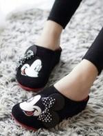 รองเท้าแตะสีดำ เพื่อสุขภาพคร้าาสไตล์แบรนด์ Mickey Mouse รุ่นหัวปิด วัสดุทำจากผ้ากำมะหยี่นุ่มมากๆคร้า ด้านน้าติดโบแบบนูนน่ารักที่สุดเลยย งานพื้นปั๊มโลโก้แบรนด์