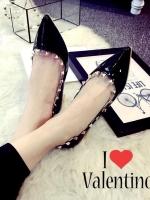 รองเท้าคัชชูสีดำ STYLE.VALENTINO ทำจากหนังแก้วนิ่ม ใส่แล้วดูขับผิวเท้า