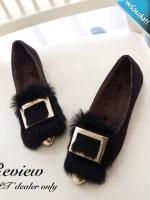 รองเท้าคัทชูส้นแบนสีดำ หัวแหลม แต่งด้วยขนสัตว์และแผ่นโลหะสีทอง สวมใส่สบาย เดินง่ายคล่องตัว แฟชั่นเกาหลี แฟชั่นพร้อมส่ง