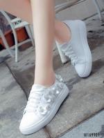 รองเท้าผ้าใบสีขาว หนังพียูนิ่มมากปักด้วยดอกไม้ประดับคริสตัลสุดหรู ตัวนี้ออกแนว หวานปนเท่ห์ น่ารักและไมซ้ำใคร พื้นนิ่ม สูง 1 นิ้ว พื้นล่างวัสดุยางพาราเกรดเอ ทน