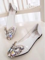 รองเท้าคัชชูสีขาว สินค้านำเข้า หน้าแต่งอะไหล่เพรช เม็ดเล็กและใหญ่ เป็นลายผีเสื้อ สวยมาก ขอบอกด้านข้าง ออกแบบเป็นพาสสติดใส แบบนิ่มไม่บาดเท้า