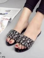 รองเท้าเเตะสีดำ งานนำเข้า วัสดุทำจากหนังแก้ว เย็บคริสตัล ขนาด1-1.5CM มีมากว่า60เม็ด งานเกรดเอ