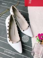 รองเท้าส้นสูงสีขาว ติดหมุดทรงValentino ดีไซส์หนังเงาทูโทน เก็บหน้าเท้าติดมุดเกร๋ๆตามสไตล์แบรนด์นี้