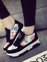 รองเท้าผ้าใบสีขาว เสริมส้น สไตล์เกาหลี รุ่นใหม่มาแรง ทำจากกำมะหยี่ขนนุ่มสลับผ้าพิมพ์ลายดอกอย่างดี ทรงสวยสูงเพรียวสวมง่าย มีซิปเปิดด้านข้าง