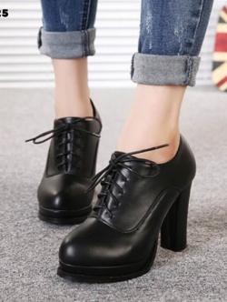 รองเท้าบูทสีดำ มินิบูท ส้นสูง เสริมหน้า1นิ้วหลัง4นิ้ว วัสดุทำจากพียู สีเรียบ ทำความสะอาดง่าย