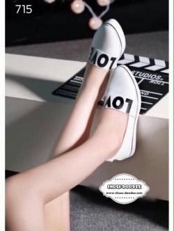 รองเท้าผ้าใบสีขาว งานนำเข้างานเกาหลี ทรงหัวแหลม ช่วยให้ดูเท้าสวยเล็กเรียว