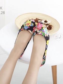 รองเท้าคัชชูสีขาว ที่เห็นแล้วLikeเลย ทำจากผ้าซาติน ลายดอกไม้น่ารักๆ มาพร้อมส้นพื้นยางหนา ทรงสวย
