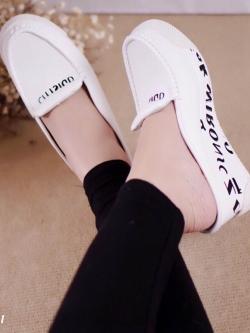 รองเท้าส้นตึกสีขาว ลำลองแบบเสริมส้น สกีนลายสวยมากๆ หนังนิ่ม เกรดเอ พิ้นยางอย่างดี หน้า1หลัง3นิ้ว