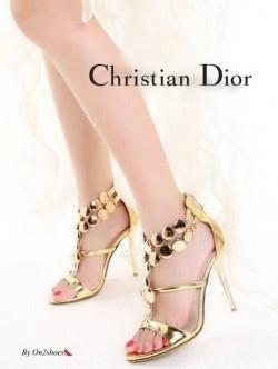 รองเท้าส้นสูงสีทอง ดีไซส์หรูหราDior ทำจากหนังปรอทสีเมทาลิค แต่งวัสดุทรงอะไหล่ทรงกลมเงางาม ส้นสูง4นิ้ว