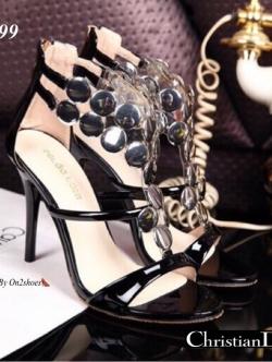 รองเท้าส้นสูงสีดำ ดีไซส์หรูหราDior ทำจากหนังปรอทสีเมทาลิค แต่งวัสดุทรงอะไหล่ทรงกลมเงางาม ส้นสูง4นิ้ว