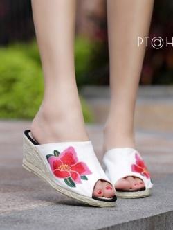 รองเท้าส้นเตารีดสีขาว ส้นหวาย สูง2นิ้ว วัสดุทำจากผ้าแคนวาส ปักลายดอกหน้าเปิด ใส่สบาย งานเก๋ ไม่ซ้ำใครแน่นอน