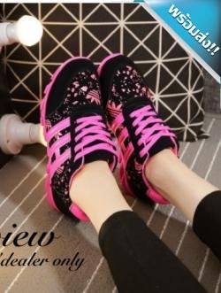 รองเท้าผ้าใบผู้หญิงสีชมพู วัสดุสกรีนลาย แต่ง3แถบ พื้นยาง ยืดหยุ่นได้90องศา พื้นฟันปลา แฟชั่นเกาหลี แฟชั่นพร้อมส่ง
