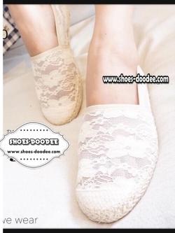 รองเท้าคัทชูสีครีม ส้นแบน เป็นผ้าลูกไม้อย่างดี Style.Valentino ที่ใครๆ ก็รอคอย