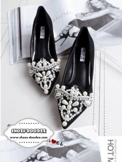 รองเท้าคัทชูสีดำ ส้นเตี้ย ทรงหัวแหลม ประดับหน้ามุกตอดเพรช เป็นงานเย็บมือ สดุทำจากผ้ากำยี่นุ่มคุณภาพดี