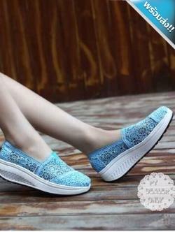 รองเท้าผ้าใบผู้หญิงสีฟ้า เสริมส้น ผ้าลูกไม้ แบบสวม ระบายอากาศได้ดี สวมใส่สบาย นุ่มสบายเท้า แฟชั่นเกาหลี แฟชั่นพร้อมส่ง