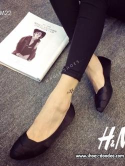 รองเท้าคัชชูสีดำ ส้นเตี้ย งานน่ารักๆจากH&M ทรงบัลเล่ห์ น่ารักใสๆ สีสันสดใสโดดเด่น ผ้าไหมซาตินเงาอย่างดี ทรงสวย