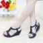 รองเท้าส้นเตารีด แบบรัดส้น อะไล่ดอกไม้ (สีดำ ) thumbnail 2
