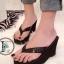 รองเท้าแตะส้นเตารีด แบบหนีบ แต่งเดล็ดวิ้งๆ (สีดำ )